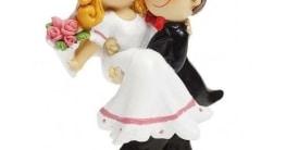 Brautpaar als Tischdeko/Tortendeko, Mann trägt Frau, 90 mm - 1