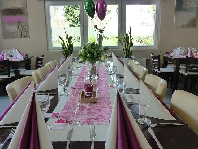 Eine dem Anlass entsprechende Tischdeko sorgt für die richtige Atmosphäre während der Kommunions- bzw. Konfirmationsfeier