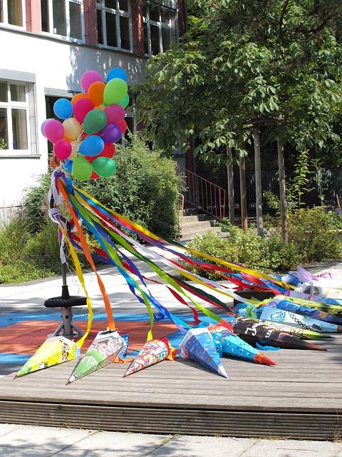 Am Nachmittag des ersten Schultages werden häufig Einschulungspartys im privaten Rahmen mit Familie und Freunden gefeiert