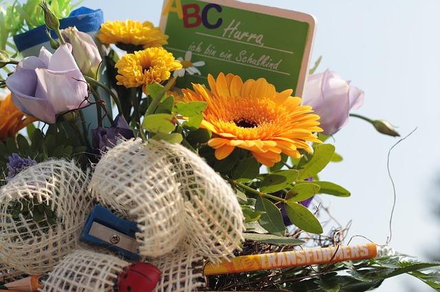 Rund um den Schulanfang gibt es verschiedene Bräuche, etwa die gut gefüllte Schultüte sowie Festakte an der Schule